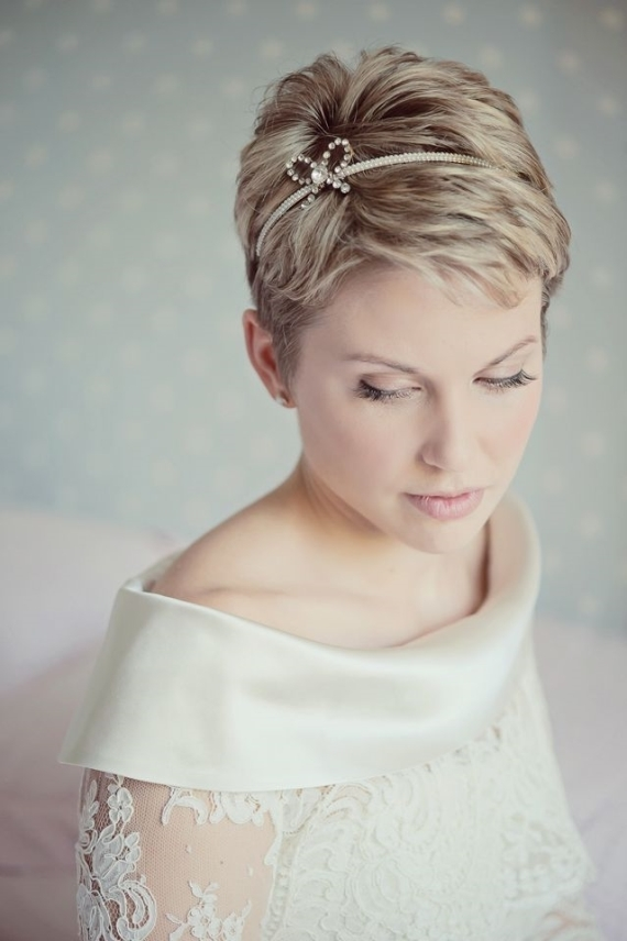 Awesome 10 brides with short hair show off their chic style mywedding Fascinators For Short Hair Styles Inspirations