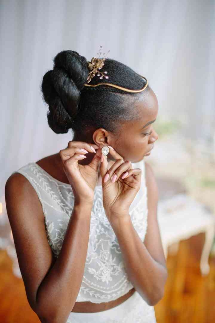 Elegant 21 natural wedding hairstyles for every length weddingwire Short Natural Hair Wedding Styles Inspirations